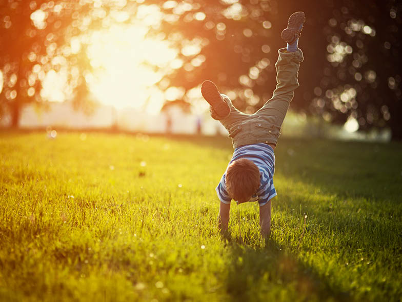 kind handstand in grass